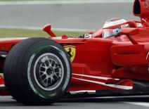 <p>Immagine della Ferrari di Kimi Raikkonen durante le prove libere per il Gran Premio di Turchia. REUTERS/Osman Orsal (TURKEY)</p>