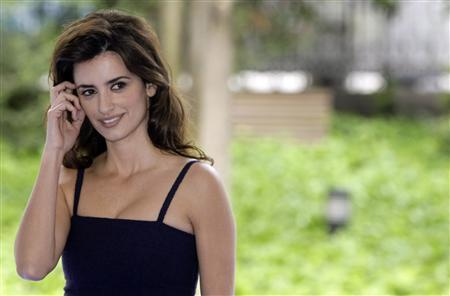 Spanish actress Penelope Cruz poses during a photocall to present the start of shooting Pedro Almodovar's new film ''Los Abrazos Rotos'' (''Broken Embraces'') in Madrid May 9, 2008. REUTERS/Sergio Perez