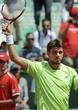 <p>Lo svizzero Stanislas Wawrinka alza la racchetta in segno di vittoria quando il rivale Andy Roddick annuncia il ritiro dalla semifinale. REUTERS/Stringer (ITALY)</p>