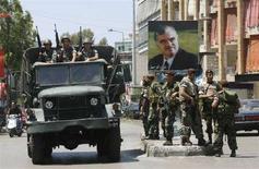 """<p>Солдаты ливанской армии занимают позиции на улицах Бейрута, 11 мая 2008 года. Войска армии Ливана в воскресенье начали патрулирование райнов столицы, взятых под контроль после отступления боевиков движения """"Хезболла"""", захвативших некоторые кварталы в результате боев со сторонниками прозападного правительства страны. (REUTERS/Mohamed Azakir)</p>"""