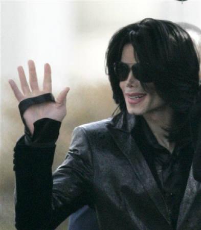 5月11日、米歌手マイケル・ジャクソンさんは「ネバーランド」について、ローン売却によって競売が回避されたと発表。写真は昨年3月、都内でファンに手を振るジャクソンさん(2008年 ロイター/Kim Kyung-Hoon)