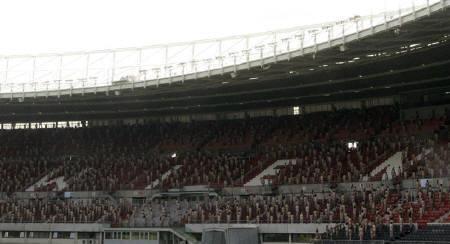 5月11日、オーストリアのウィーンにあるスタジアムで、約1800人が裸になる写真撮影イベントが行われた(2008年 ロイター/Herwig Prammer)