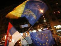<p>Сторонники Демократической партии отмечают победу на выборах на улицах Белграда. Коалиция прозападных партий выиграла парламентские выборы в Сербии, которые состоялись в воскресенье, однако столкнулась с претензиями со стороны занявших второе место националистов, которые заявили, что тоже могут сформировать правительство. (REUTERS/Stringer)</p>