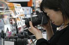 <p>Le bénéfice d'exploitation annuel de Nikon a augmenté de 32,5% grâce au succès de ses appareils photo et à la bonne tenue des ventes de ses équipements de fabrication de semi-conducteurs. Néanmoins les prévisions du groupe japonais d'électronique de précisionont déçu les investisseurs. /Photo d'archives/REUTERS/Kiyoshi Ota</p>