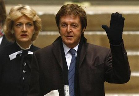 Paul McCartney (R), and lawyer Fiona Shackleton arrive at the High Court in London March 17, 2008. REUTERS/Kieran Doherty