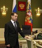<p>Президент России Дмитрий Медведев в своем кабинете в Кремле, Москва 7 мая 2008 года. Многолетняя борьба между Росимуществом и Российским фондом федерального имущества (РФФИ) закончилась ликвидацией последнего, следует из указа президента РФ Дмитрия Медведева. (REUTERS/Ria Novosti/Pool)</p>