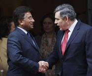 <p>Президент Пакистана Первез Мушарраф (слева) на встрече с британским премьером Гордоном Брауном в Лондоне, 28 января 2008 года. Британское содружество государств, объединяющее почти полсотни бывших английских доминионов и колоний, вновь приняло в свои ряды Пакистан, исключенный в 2007 году из-за чрезвычайного положения, введенного президентом страны Первезом Мушаррафом. (REUTERS/Stephen Hird)</p>