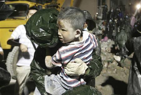 5月13日、新華社は、中国四川大地震の震源地に近い綿竹市では少なくとも1万人が生き埋めの状態、と伝えた。写真は同省・都江堰で撮影(2008年 ロイター)