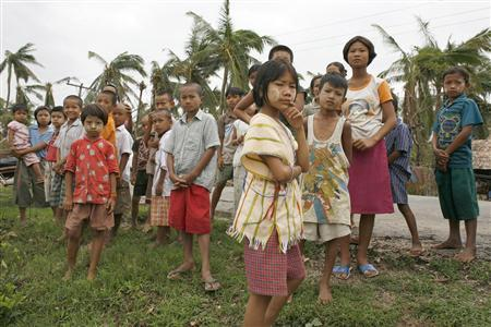 Children queue for food handouts near Kunyangon May 13, 2008. REUTERS/Stringer