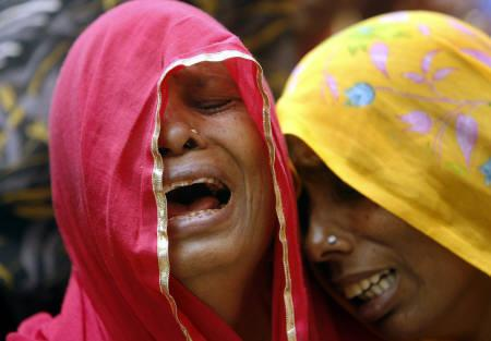 Relatives cry during the funeral of a bomb blast victim at a crematorium in Jaipur May 14, 2008. REUTERS/Punit Paranjpe
