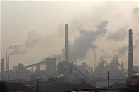 Smoke billows from an iron and steel plant in Hefei, Anhui province December 9, 2007. REUTERS/Jianan Yu