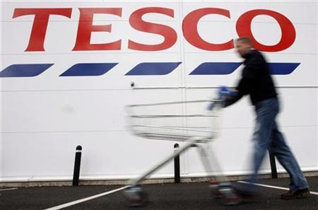 A shopper pushes a shopping trolley at a Tesco store in Loughborough, April 15, 2008. REUTERS/Darren Staples