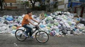 <p>Un'immagine di archivio di Napoli che fotografa il problema dell'emergenza rifiuti. REUTERS/Tony Gentile</p>