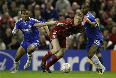 Chelsea's Ashley Cole (L) and Florent Malouda (R) challenge Liverpool's Dirk Kuyt for the ball during their Champions League semi-final first leg match at Anfield in Liverpool, April 22, 2008. REUTERS/Phil Noble