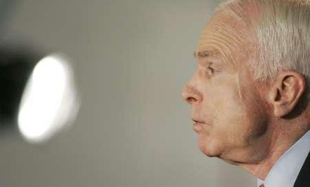 Republican presidential candidate Sen.John McCain (R-AZ) addresses employees about alternative energy sources at the Vestas Wind Technology plant in Portland, Oregon May 12, 2008. REUTERS/Richard Clement