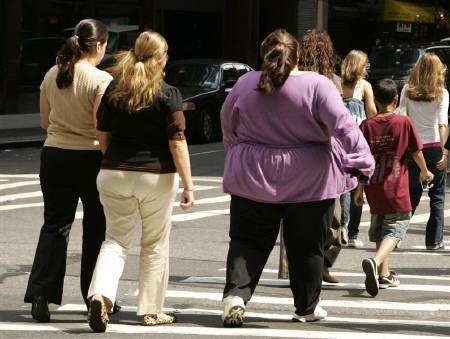 5月16日、英ロンドン大学の研究チームが、肥満や過体重の人々はそうでない人たちに比べ移動により多くの燃料が必要となったりより多くの食料を食べたりすることにより地球温暖化に寄与しているとの見方を示した。写真は昨年8月に米ニューヨークで撮影(2008年 ロイター/Lucas Jackson)