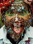 <p>Elaine Davidson, la donna con più piercing al mondo, posa per i fotografi con i suoi 5.920 piercing a Edimburgo. REUTERS/David Moir (BRITAIN)</p>