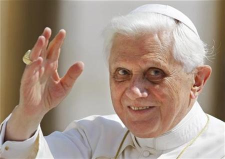 Pope Benedict XVI greets the crowd during his weekly general audience at the Vatican May 14, 2008. REUTERS/Chris Helgren