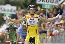 <p>Riccardo Ricco festeggia la vittoria dell'ottava tappa del Giro d'Italia REUTERS/Giampiero Sposito</p>