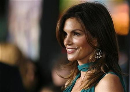Cindy Crawford poses at the premiere of ''Leatherheads'' at the Grauman's Chinese theatre in Hollywood, California March 31, 2008. REUTERS/Mario Anzuoni