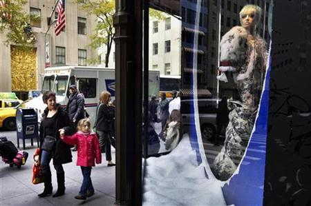Shoppers look into a display window along Fifth Avenue at luxury goods retailer Saks Fifth Avenue in New York, November 21, 2007. REUTERS/Jacob Silberberg