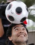 """<p>L'ancienne légende du football argentin Diego Maradona s'est dit prêt à couper la """"Main de Dieu"""" pour apercevoir Julia Roberts sur la Croisette. Maradona est à Cannes pour la promotion d'un documentaire sur sa vie réalisé par le Serbe Emir Kusturica. /Photo prise le 20 mai 2008/REUTERS/Vincent Kessler</p>"""