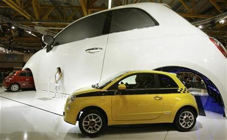 New Fiat Cinquecento cars are displayed at the Bologna motor show car exposition in Bologna December 5, 2007. REUTERS/Alessandro Garofalo