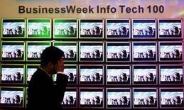 <p>Una serie di televisori in una immagine di archivio. REUTERS/Richard Chung</p>