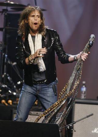 5月21日、米ベテランロックバンド「エアロスミス」のボーカル、スティーブン・タイラーさん(写真)が薬物乱用を治療するため当地のリハビリ施設に入所した。9日撮影(2008年 ロイター/Fred Prouser)