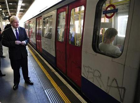 London's mayor Boris Johnson waits for an underground train at High Street Kensington tube station in London May 7, 2008. REUTERS/Dylan Martinez