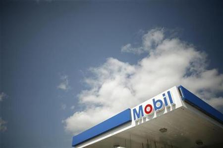 A Mobil gas station is seen in Medford, Massachusetts April 30, 2008. REUTERS/Brian Snyder