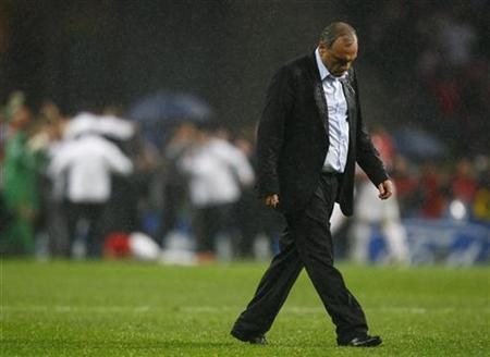 Chelsea manager Avram Grant leaves the pitch after his side lost the UEFA Champions League final soccer match against Manchester United at the Luzhniki stadium in Moscow in this May 22, 2008 file photo. REUTERS/Eddie Keogh
