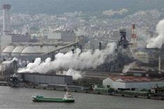 <p>Fumo dalel ciminiere di un impianto industriale a Kobe, in Giappone. REUTERS/Yuriko Nakao (JAPAN)</p>