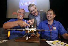 <p>Una miniatura della sonda spaziale. REUTERS/Fred Prouser</p>