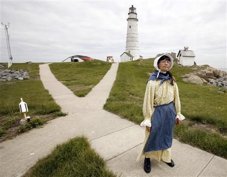Sally Snowman stands in front of Boston Light on Little Brewster Island in Boston Harbor, Massachusetts May 15, 2008. REUTERS/Brian Snyder