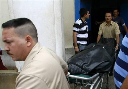 5月26日、米MLBの元投手で昨季は巨人に所属していたベネズエラ出身のジェレミー・ゴンザレス氏が、落雷を受けて死亡した。写真は安置所から運び出される遺体(2008年 ロイター/Isaac Urrutia)