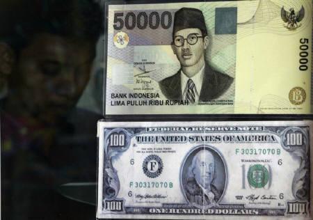 5月27日、原油高や穀物価格の上昇で、アジア通貨に売り圧力が増している。写真はクアラルンプールの両替所で昨年8月撮影(2008年 ロイター/Bazuki Muhammad)