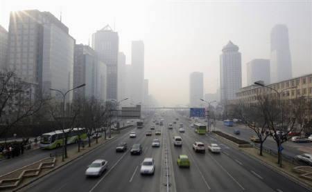 5月27日、中国が北京五輪期間中の天気予報に利用する気象衛星を打ち上げ。写真はスモッグで覆われた北京の空。2月撮影(2008年 ロイター/Jason Lee)