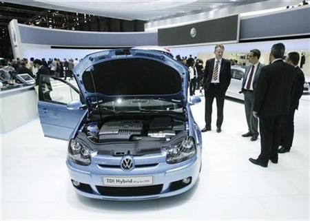 Journalists talk in front of a Volkswagen TDI Hybrid car during the first media day of the 78th Geneva car show at the Palexpo in Geneva March 4, 2008. REUTERS/Denis Balibouse