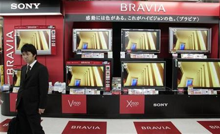 A man looks at Sony Corp's television products at an electronics shop in Tokyo April 13, 2007. REUTERS/Kim Kyung-Hoon