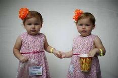 <p>Due gemelle omozigoti in una foto d'archivio. REUTERS/Jason Reed (UNITED STATES)</p>