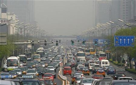 Vehicles travel along a main road as smog obscures buildings in the distance in Beijing April 18, 2008. REUTERS/Victor Fraile