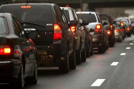 Automobiles wait in a traffic jam on a New York City highway November 20, 2007. Traffic was so bad in 10 major U.S. cities that 27 percent of the drivers surveyed gave up and went home in the past three years, a study said on Friday. REUTERS/Mike Segar (UNITED STATES)