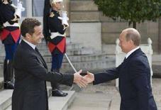 <p>Премьер-министр России Владимир Путин (справа) на встрече с президентом Франции Николя Саркози в Елисейском дворце в Париже, 29 мая 2008 года. Франция надеется, что Евросоюз заключит соглашение о стратегическом сотрудничестве в Россией к концу 2008 года, заявил в четверг французский премьер-министр Франсуа Фийон после переговоров с российским коллегой Владимиром Путиным. (REUTERS/Philippe Wojazer)</p>