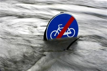 A road sign is submerged by the Tiber river in downtown Rome November 28, 2005.
