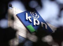 <p>KPN va proposer des programmes télévisés sur des téléphones portables spécialement équipés à partir de juin et pour dix euros par mois. /Photo d'archives/REUTERS/Vincent Boon</p>