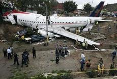 <p>Спасатели у самолета, вылетевшего с посадочной полосы аэропорта Тегусигальпы, 30 мая 2008 года. Как минимум пять человек погибли и 38 получили ранения после того, как самолет, выполнявший рейс из Сальвадора в столицу Гондураса при посадке вылетел за границы посадочной полосы. (REUTERS/Edgard Garrido)</p>