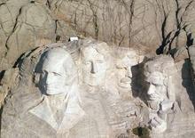 """<p>Prié de dire s'il pouvait s'imaginer sculpté dans le granit du Mont Rushmore, aux côtés de George Washington, Thomas Jefferson, Theodore Roosevelt et Abraham Lincoln, le candidat démocrate Barack Obama a ri et incriminé ses oreilles : """"Je ne pense pas qu'avec mes oreilles, ça pourrait aller./Photo d'archives/REUTERS/HO</p>"""