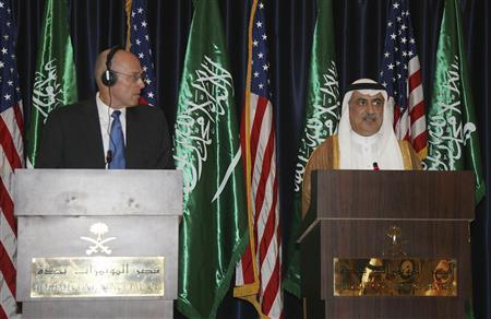 U.S. Treasury Secretary Henry Paulson (L) attends a joint news conference with Saudi Finance Minister Ibrahim al-Assaf in Jeddah May 31, 2008. REUTERS/Suzan Baaghil