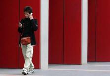 <p>China Telecom et l'Etat chinois ont accepté de débourser 15 milliards de dollars (9,6 milliards d'euros) pour acquérir le réseau CDMA détenu par Unicom, qui va quant à lui fusionner avec Netcom. Ces mouvements interviennent moins de quinze jours après que Pékin a dévoilé un projet prévu de longue date destiné à restructurer le secteur. /Photo d'archives/REUTERS/Jason Lee</p>